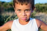 Enfant-marcel-blanc-yeux-bleus-7 ans-dans-la-garrigue-grimace-photo-pro