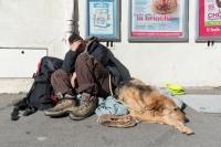 femme SDF avec chien, sud France