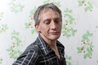 Homme-regard-baissé-doux-papier-peint-dordogne-photo-pro